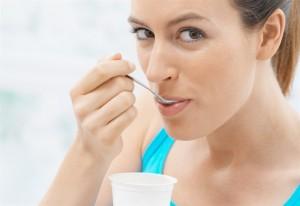 yogurt-probiotici-dieta-donna_650x447